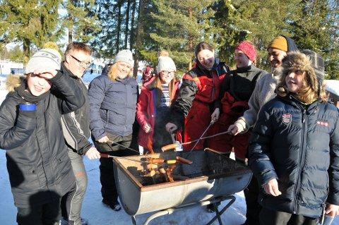 GRILLING: Denne gjengen fra Gimsøy skolemusikk la korpsets familietreff-dag til Kom deg ut-dagens arrangement ved Skien fritidspark.