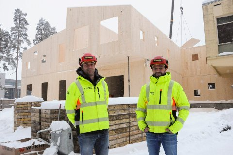 SVEVENDE: Elementer i massivtre gjør det raskt å sette opp bygg, og 76 elementer ble satt opp på én dag, sier Tom Schjerven og Stig Lunde i Betonmast Telemark. Klasserommet i andre etasje er bygd delvis svevende i lufta.