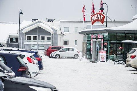 TYVERI: Her på parkeringsplassen til Meny i Olavsgate i Larvik sentrum, ble kvinnen (80) lurt av en mann som brettet ut et kart og spurte om veien til Oslo. Foto: Elisabeth Løsnæs