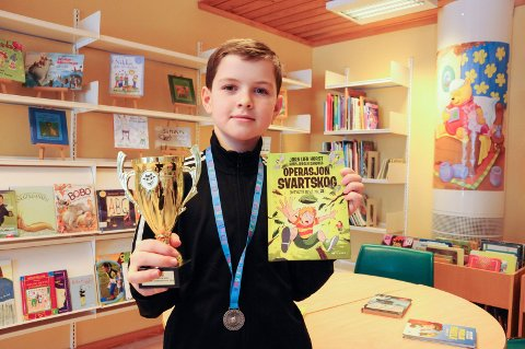 SUPERLESER: - Lesing er egentlig en ganske stor del av livet. Uansett hva man vil bli, så må man være god til å lese, sier Joakim Gilmour (11). Han har lest 150 bøker i løpet av tre måneder og er nummer to til å lese mest blant alle guttene i landet som var med i konkurransen.