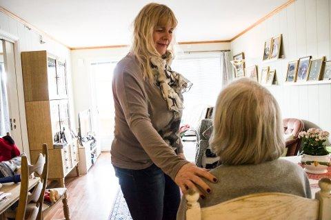 ADVARER: Tone Jacobsen (t.v.) er forferdet over at noen utnytter og truer eldre som moren hennes (91), til å bla opp slik for blomster på denne måten. Nå advarer hun andre. Foto: Elisabeth Løsnæs
