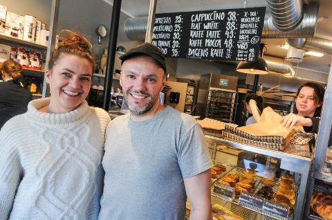 VIL HA FLERE TIL BYEN: Sebastien Seynaeve og Kathrine Nakken brenner for byen og ønsker at enda flere bruker byen. Tilbudet med å spise for en hundrings er et godt bidrag, mener de to.