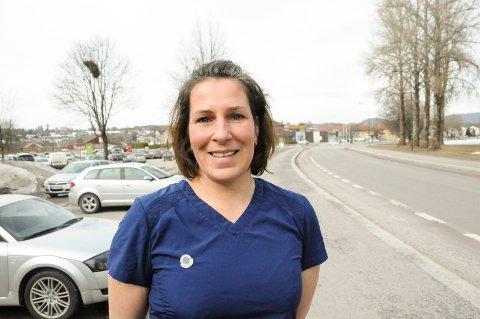 SIN EGEN SJEF: Ragnhild Loen stortrives etter at hun tok ny utdanning som fotterapeut og startet egen klinikk i Skagerak Arena. - Fotterapi er blitt en lidenskap, sier Ragnhild.