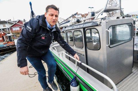 HØYSESONG: Henrik Tangen jobber stort sett hver eneste helg fra nå og helt fram til over sommeren. - Jeg liker å drive med det her, sier Tangen.