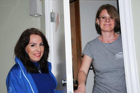 ANSIKT TIL ANSIKT - HØYRE PÅ DØRA: Emilie Schäffer drar gjerne til en velger som Linda Langerud for å informere om politikken.