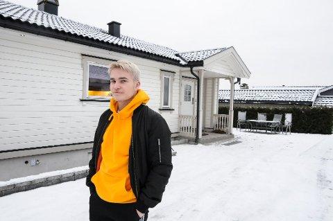 VÆR FORSIKTIG: Sindre Lauritsen fikk erfare hvor fort det kan spre seg at en er alene hjemme og har fest. - Vær forsiktig med hvem du inviterer, sier han.