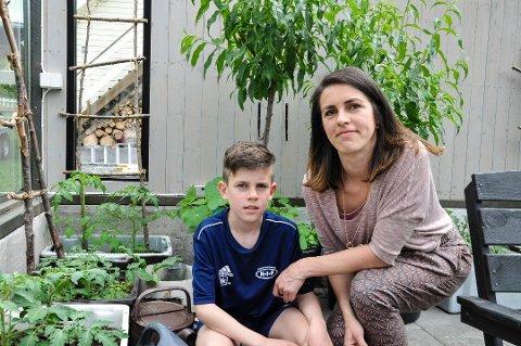 SPISTE SEG FRISK: Elias Bredesen (11) opplevde å bli frisk fra Crohns ved å spise riktig. Nå advarer mamma Eva om farene ved alt som finnes i maten som produseres. Foto: Maria Bye Brattbakk