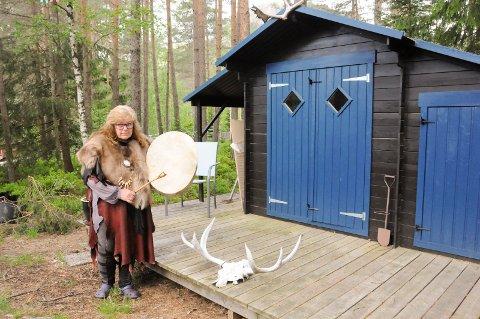 SJAMANDRAKT: Gro Eilefsen i Siljan er sjaman og mener sjamanisme er mindre mystisk enn folk tror. - Man trenger ikke å være sjaman for å kjenne kreftene, sier Gro som er ikledd drakten hun har når hun utfører ritualene. FOTO: VIGDIS HELLA