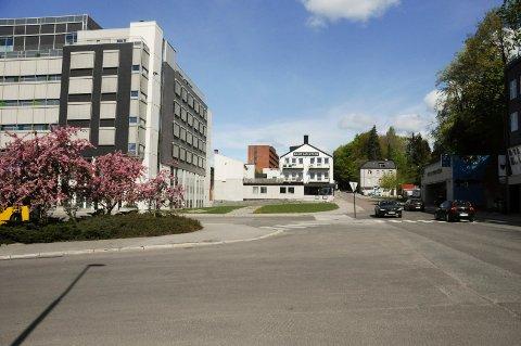 VIL KJØPE: Kontorbygg ønsker å kjøpe denne tomta ved siden av det tidligere Nav-bygget der den nye fylkesadministrasjonen flytter inn. FOTO: VIGDIS HELLA