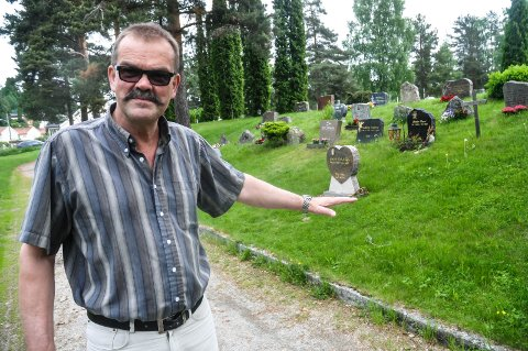MINNELUNDER: Håvard Russnes er kirkeverge på Notodden gravlund. Snart skal avgjørelsen tas om hvem som vinner utsmykkingskonkurransen for to minnelunder.