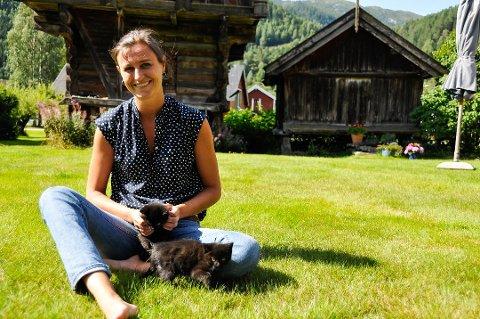 """PÅ ENGELSK: Helga Flatlands """"En moderne familie"""" er oversatt til engelsk, og får gode kritikker i The Guardian. Bildet er tatt på gården i Flatdal, der hun vokste opp."""