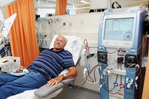 FORNØYD PASIENT: Roar Hamsdokka er fornøyd med ny dialysemaskin. Han er knyttet til den cirka fire timer tre ganger i uka.