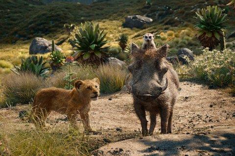 """Pumbaa er med - her i møte med unge Simba. Nye """"Løvenes konge"""" legger seg svært nært den elskede originalen fra 1994, noe mange anmeldere sliter med. Foto: Disney / AP"""