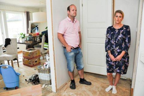 FORTVILER: Raymond Bondal og Helene Fredgar er oppgitte over at det skal ta så lang tid før de får hjelp til å fikse skaden på huset.