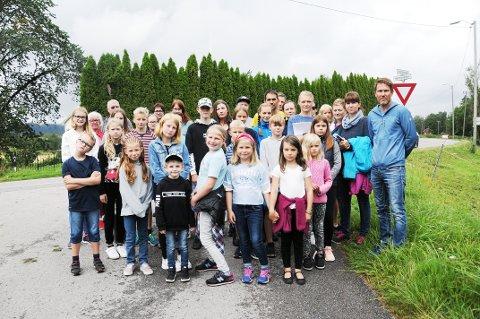 SMÅ OG STORE ER BEKYMRET: Barn og voksne ønsker seg en trygg vei og skolevei på strekningen Jønnevald-Tufteputten. En gang- og sykkevei er sannsynligvis løsningen.