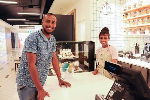 FORNØYD: - Jeg liker mennesker og jeg liker å jobbe, sier Arif H. Ahmed som ble daglig leder i The Juicery på Arkaden i juni. Her sammen med Waheba Ibrahim. FOTO: VIGDIS HELLA