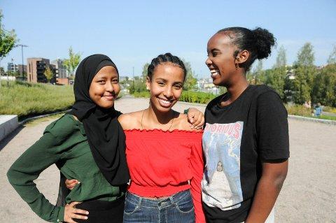 BLIR HØRT: - Vi vokser opp til å bli selvhatende, at det er noe galt med oss, sier Amina, Feben, Nora og Najma (ikke med på bildet) som er fire av jentene i ressursgruppa for minoritetsbakgrunn i Skien. De er vokst opp i Skien og glade for å bidra i samfunnsdebatten.
