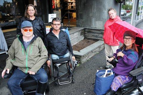 PÅ BEFARING: Disse var på befaring fra Norsk handikapforbund torsdag, her ved et av stedene de ikke kom fram: Jon Løberg, Anne Iversen, Atle Haglund, Camilla N. Thorsen og Anne Beate Stokken.