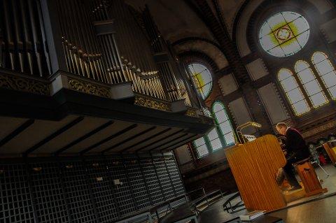 ORGELBRUS: Tormod Øvrum lar orgeltonene fylle kirkerommet på søndag.