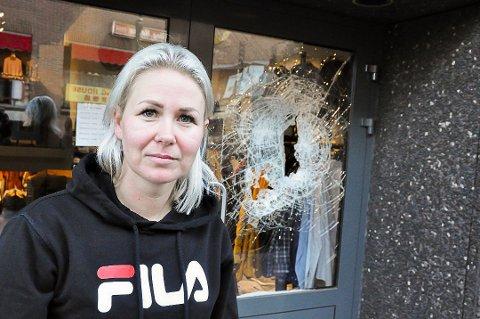 OPPGITT: Innehaver av klesforretningen Joy, Trine Bergestig Hegna, fikk en ubehagelig overraskelse da tyver brøt seg inn i butikken i helgen. Foto: Jens Marius Hammer