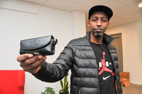 - HAR DEN I LOMMA: – Jeg går ikke med esigaretten i beltet lenger. Nå har jeg den i lomma, sier Jamal Addow.