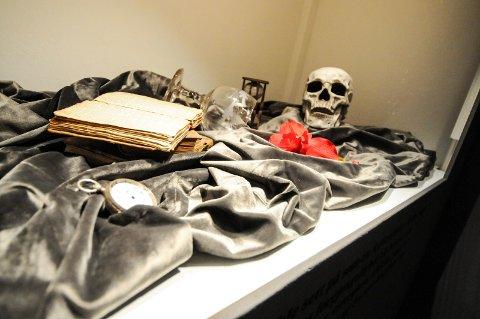 UTSTILT: DEt er både hodeskaller og skjeletter å se i utstillingen.
