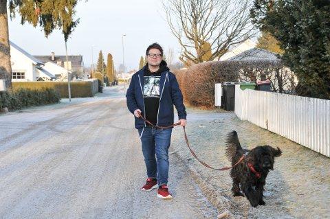 HØYT SMELL: Hundeeier og politiker Odin Adelsten Bohmann (Ap) gikk tur med hunden Karma tidlig på nyttårsaften, da det smalt en rakett rett over hodene deres. Et innlegg på Facebook om hendelsen er delt over 130 ganger.