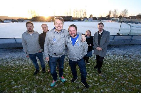 SELGER: Pors, med styreleder Gert Willumsen og Kyrre Jansen i front, åpner for å selge navnet på Pors stadion til en sponsor. Her med noen av klubbens sponsorer fra en tidligere anledning.