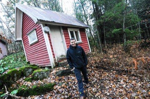 TIDKREVENDE SAK: Den lille hytta langt inne i bambleskogen ble først lagt ut i markedet for drøyt halvannet år siden. Etter mye om og men er den omsider solgt, opplyser eiendomsmegler Henrik Tangen fra Krogsveen i Bamble.