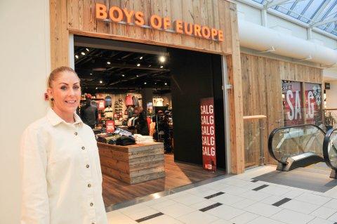 NYTT LOKALE: Butikksjef Pia Sande hos Boys Of Europe på Arkaden i Skien står her foran det nye butikklokalet deres, som ligger i andre etasje på kjøpesenteret.