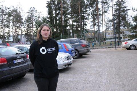 VIL HA PARKERINGLØSNING: Lærer, tillitsvalgt og medlem av Utdanningsforbundet, Christine Stensrød, ønsker å få på plass en tilfredsstillende parkeringsordning.
