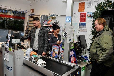 HÅPER: Elba Rashani i kassen på nærbutikken på Akkerhaugen da de feiret ett års i drift i 2018.