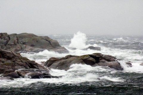 UTFORDRENDE FORHOLD: Meteorologisk institutt ber folk vurdere å droppe båten mandag.