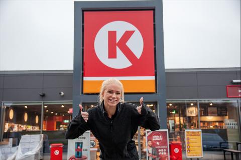 GOD STEMNING: Lindy Haukedal og de ansatte på Cirkle K Bamble er stolte av å jobbe på stasjonen som nå også har fått internasjonal oppmerksomhet i bransjen.