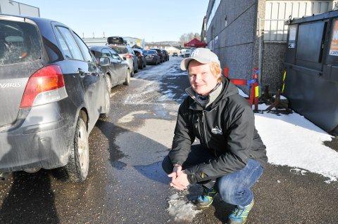 BILER I VASKEKØ: Joakim Augestad i Alltidrenbil.no foran vaskekøen på Kjørbekk ved 15-tida onsdag.