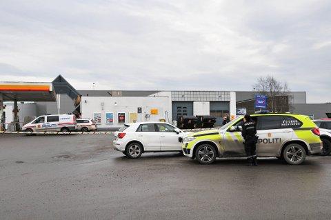 RAN: Det var få minutter etter klokka 04.00 natt til 6. februar i år at to maskerte menn kom inn på Shell-stasjonen på Tollnes i Skien. Det er satt av fem dager til rettssaken, som starter mandag i Nedre Telemark tingrett.