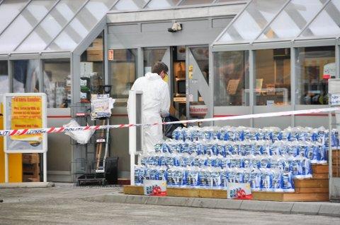FEM DAGER: Det er satt av fem dager til rettssaken, som startet i dag i Nedre Telemark tingrett. Bildet er fra da krimteknikere undersøkte åstedet.