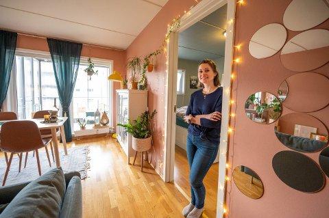 BLI MED INN TIL NINA: Nina Fredrikke Lehne (32) er ikke redd for å kjøre sin egen stil hjemme. – Det er hula mi, som er tilpasset meg og hva jeg liker.