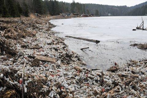 STORE MENGDER: Truls Lund reagerer på mengden av plast som ligger i Meitjenn, etter skytinga på leirduebanen som skimtes i bakgrunnen i bildet.