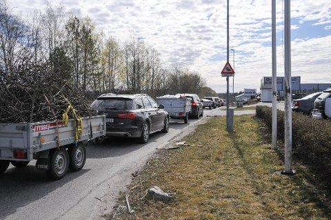 LANG SØPPELKØ: Den siste tiden har det vært stor trafikk til det gjenåpnede avfallsanlegget på Rødmyr, og det har oppstått svært lange bilkøer samt ventetid.