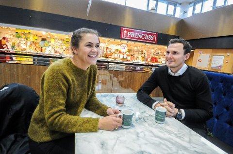 FORTELLER OM NY KAFÉ: Kathrine Nakken og Simon Stordalen forteller at en ny kafé er på vei inn på Lietorvet.