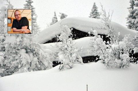 KAN MÅKE: Fra i dag av er det lov å reise til hytta di i Hjartdal og for eksempel måke snø av taket, opplyser ordfører Bengt Halvard Odden (Innfelt). Selv om det nok ikke er så mye snø i Tuddal som vinteren 2014 da dette bildet ble tatt. Foto:Glenn Vik/Beate Evensen