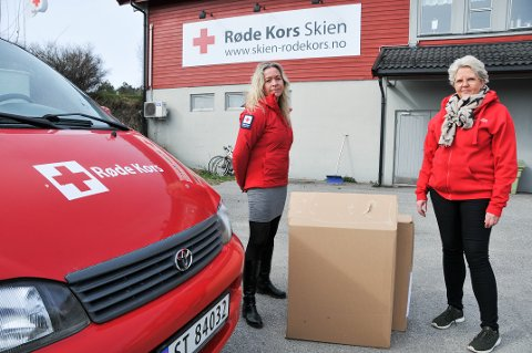PAKKER: Leder i Skien Røde Kors, Eirin Kristiansen (til venstre), og May-Kristin Mitchell, som er leder for team besøkstjeneste i Skien Røde Kors, forteller at pakkene ble delt ut denne uka.