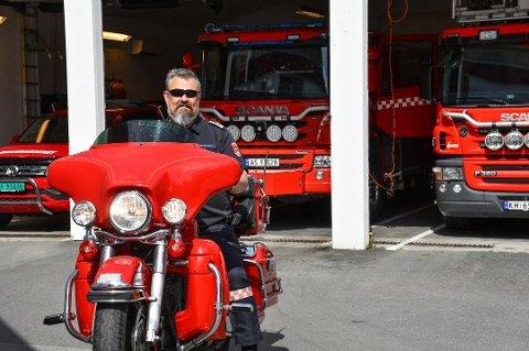 MED GLISET: Odd Morten Dalen har tatt lidenskapen for yrket ett skritt videre, og har en egen brannmotorsykkel.