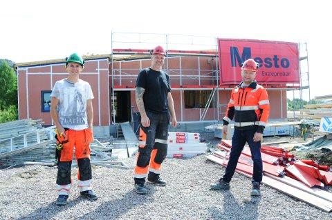 KONKRET: Den nye barnehagen i Siljan blir mer og mer en realitet. Disse er sentrale:  (f.v.) Dag Martin Nilsen - byggeplassansvarlig, Roy Ole Burhol - anleggssjef og Willy Amundsen - prosjektleder. De står foran personalinngangen.