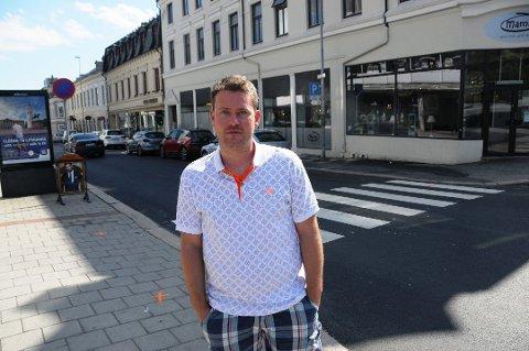 Tomas Bakken sitter i bystyret i Skien for Bypartiet. Han er også kjent som en av stemmene i Radio Grenland. Nå søker han seg til stillingen som rådgiver for rådmannen i Porsgrunn kommune.