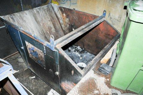 STARTET HER: Brannen startet i denne søppelcontaineren, som står innerst i parkeringskjelleren i Kverndalen.