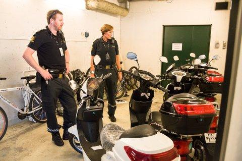 VARSLER AKSJON: I 2017 så politiet i Larvik seg lei på manipuleringen av elsykler og slo til utenfor en ungdomsskole. Nå vil politiet i Grenland gjøre det samme for å forebygge alvorlige ulykker. Lasse Holen (t.v.) og Lisbeth Frenvik i Larvik-politiet med de beslaglagte elsyklene.