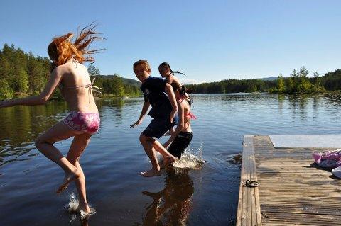 BADETEMPERATUR? Frister det med et bad i september? Her på Tinnemyra er vannet nærmere 20 grader.