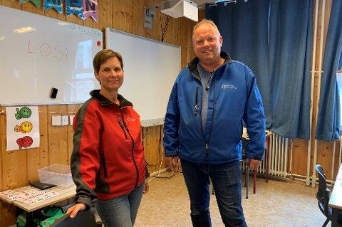 Rektor Øyfrid Sofienlund og HMS-ansvarlig Terje Stusdal i klasserommet med dårligst inneklima. – Vi må få bukt med problemet, sier skoleledelsen.